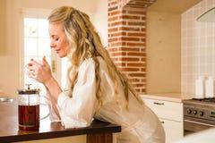 Hübscher Frauentag Kaffee träumend und trinkend Lizenzfreie Stockfotografie
