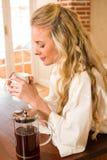 Hübscher Frauentag Kaffee träumend und trinkend Lizenzfreie Stockbilder