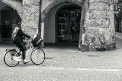 Hübscher Frauenweg in der Straße Stockfotos