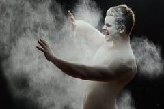 Hübscher gefrorener Mann mit einem weißen Pulver auf seinem Stockfoto