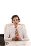 Hübscher Geschäftsmann, der einen Kopfhörer trägt Lizenzfreie Stockfotos