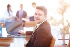 Hübscher Geschäftsmann, der mit Laptop im Büro arbeitet Stockfoto