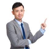 Hübscher Geschäftsmann, der oben mit dem Finger zeigt Stockfotos