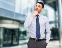 Hübscher Geschäftsmann, der oben schaut Lizenzfreie Stockfotografie