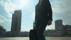 Hübscher Geschäftsmann, der um Stadt-, erfolgreichen und selbstbewusstenmann geht stock footage