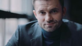 Hübscher Geschäftsmann in einem schwarzen Anzug, der in Richtung der Kamera blickt Führer, Chef, erfolgreicher Lebensstil stock video