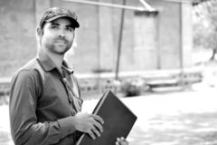 Hübscher Geschäftsmann mit Laptop im Park ist es Schwarzweiss lizenzfreie stockbilder