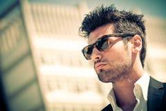 Hübscher Geschäftsmann mit Sonnenbrille lizenzfreie stockbilder
