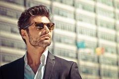 Hübscher Geschäftsmann mit Sonnenbrille stockbild