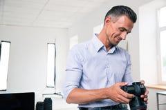 Hübscher Geschäftsmann unter Verwendung der Kamera Lizenzfreie Stockfotografie