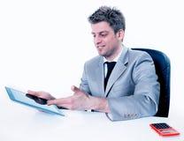 Hübscher Geschäftsmann unter Verwendung seiner digitalen Tablette Stockfotos