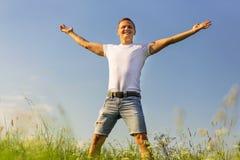 Hübscher glücklicher Mann draußen im Sommer Stockbilder