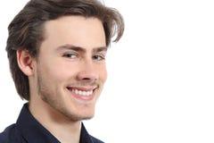 Hübscher glücklicher Mann mit einem perfekten weißen Lächeln lokalisiert Lizenzfreie Stockfotografie