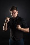 Hübscher grober Kerl mit Bart auf dunklem Hintergrund Stockbilder