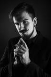 Hübscher grober Kerl mit Bart auf dunklem Hintergrund Stockfoto