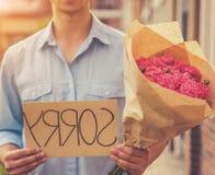 Hübscher Guy Asks Forgiveness von seiner Freundin lizenzfreies stockbild