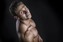 Hübscher hemdloser Bodybuilder geschossen von oben Lizenzfreies Stockfoto