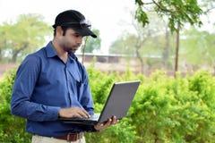 Hübscher Hippie-Geschäftsmann, der an Laptop arbeitet lizenzfreies stockfoto