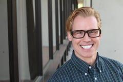 Hübscher homosexueller blonder Mann, der intellektuelle Gläser trägt lizenzfreie stockfotos
