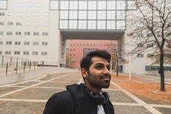 Hübscher indischer Mann, der in einem städtischen Zusammenhang aufwirft Stockfotos
