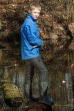 Hübscher jugendlich Fischer in Teich mit Stange Stockfotografie