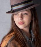 Hübscher Jugendlicher in der Jean-Jacke und dem Hut Stockfotos