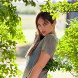 Hübscher Jugendlicher draußen durch Trees Stockfotografie