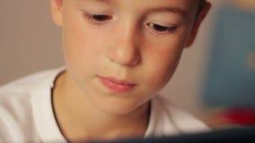 Hübscher Junge, der Tablette des Bildschirm- verwendet stock video