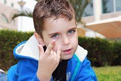 Hübscher Junge im Park Lizenzfreies Stockfoto