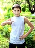 hübscher Junge im weißen T-Shirt geben von der Aufschrift frei Stockfoto