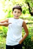 hübscher Junge im weißen T-Shirt geben von der Aufschrift frei Stockfotos