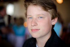 Hübscher Junge mit dem blonden Haar und den blauen Augen im Großen Licht. Lizenzfreies Stockfoto