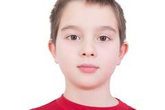 Hübscher Junge mit einem ernsten Ausdruck Stockfotografie
