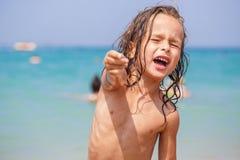 Hübscher Junge nahe dem Meer Lizenzfreie Stockbilder