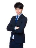 Hübscher junger asiatischer Mann, der einen Anzug tragend steht Lizenzfreies Stockfoto