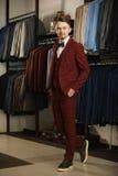 Hübscher junger bärtiger Geschäftsmann in der klassischen Klage Ein junger stilvoller Mann in einer Jacke Es ist im Ausstellungsr Lizenzfreies Stockfoto