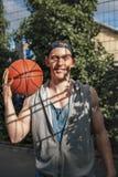 Hübscher junger Basketball-Spieler mit einem Ball Stockfotos