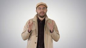 Hübscher junger durchdachter Mann hat eine wunderbare Idee auf Steigungshintergrund lizenzfreie stockfotografie