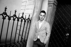 Hübscher junger erfolgreicher Mann zeigt stilvolle Kleidung Stockbilder