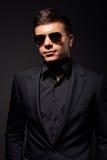 Hübscher junger erwachsener Mann in der Sonnenbrille Lizenzfreie Stockfotografie