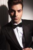 Hübscher junger Geschäftsmann, der die Kamera betrachtet Lizenzfreie Stockfotografie