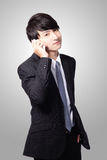 Hübscher junger Geschäftsmann, der Handy verwendet Stockfotografie