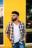 Hübscher junger indischer Mann, der an der Straße aufwirft stockfoto