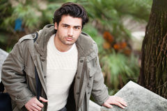 Hübscher junger italienischer Mann, stilvolles Haar und Mantel draußen lizenzfreies stockfoto