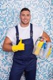 Hübscher junger männlicher Hausmeister säubert das Haus Stockbilder
