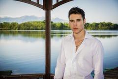 Hübscher junger Mann auf einem See in einem sonnigen, ruhig lizenzfreie stockfotos