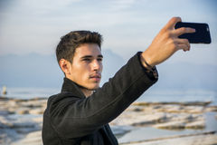Hübscher junger Mann auf einem See in einem sonnigen, ruhig lizenzfreie stockbilder