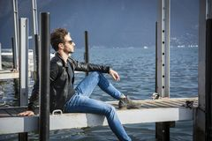 Hübscher junger Mann auf See in einem sonnigen, ruhig stockbilder