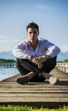 Hübscher junger Mann auf See in einem sonnigen, ruhig stockfotos
