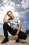 Hübscher junger Mann, der auf dem Strand aufwirft Lizenzfreie Stockfotos